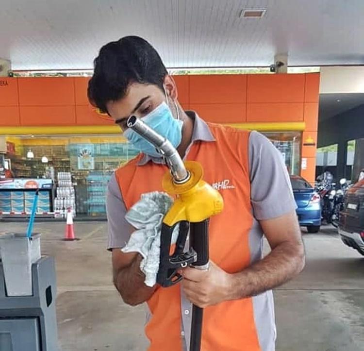 Fuel pump nozzle handle